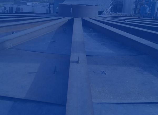 Travaux de montage de BAC sur le chantier SAR